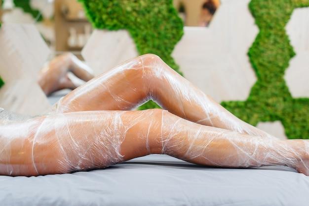 Beine eines jungen mädchens nahaufnahme während eines kosmetischen eingriffs in einem modernen schönheitssalon. wellnessanwendungen im schönheitssalon.