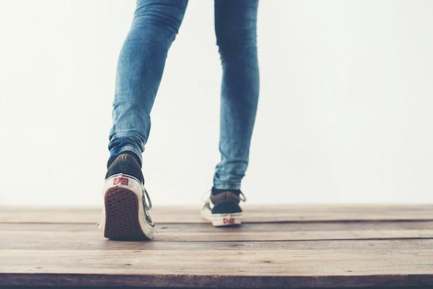 Beine zu fuß nach hinten und blaue schuhe