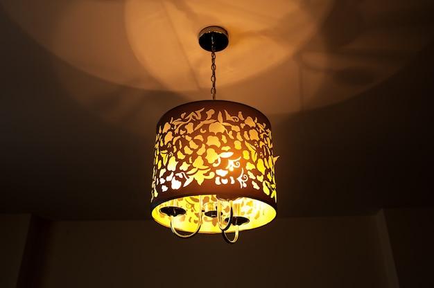 Beinhaltet eine schöne wandlampe im zimmer