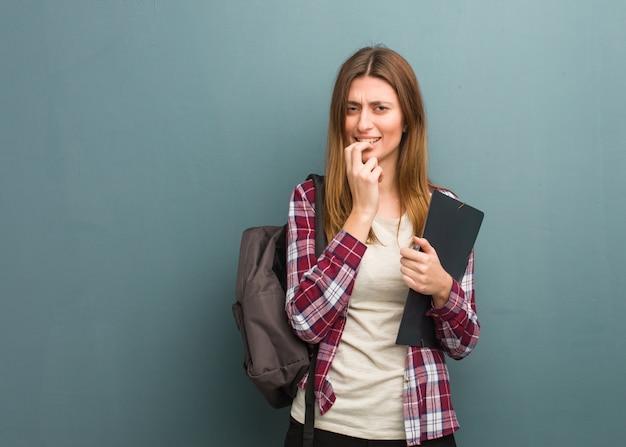 Beißende nägel der russischen frau des jungen studenten, nervös und sehr besorgt