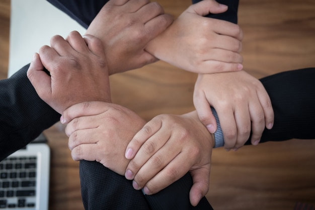 Beitretende hand des geschäftsmannes, rührende hände des geschäftsteams zusammen in der kreisschleife.