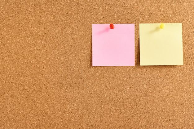 Bekorken sie brett mit anmerkungen eines farbigen papierfreien raumes, abschluss oben