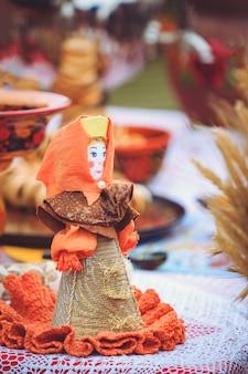 Belarussische traditionelle puppe an der messe