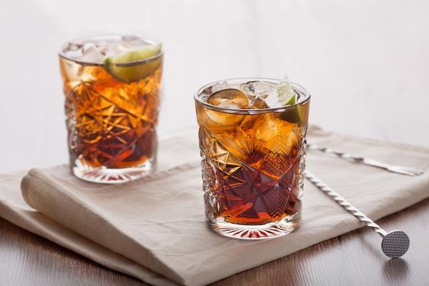 Belebende cocktails in einem hellen raum