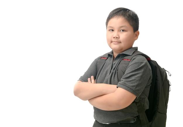 Beleibter asiatischer student mit der schultasche lokalisiert