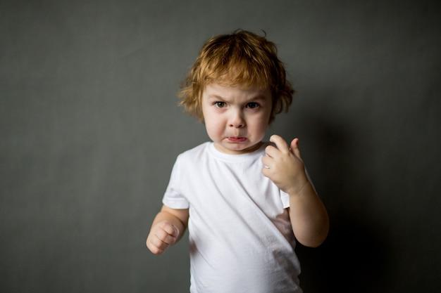 Beleidigter wütender kleiner junge