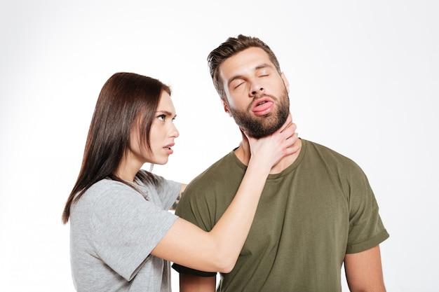 Beleidigtes junges liebespaar schwört isoliert