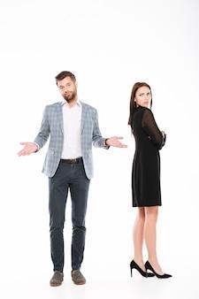 Beleidigung junges liebendes paar, das isoliert steht