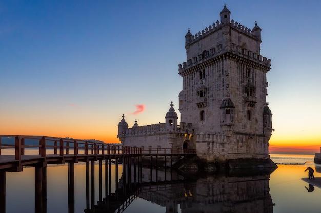 Belem tower bei sonnenuntergang in lissabon