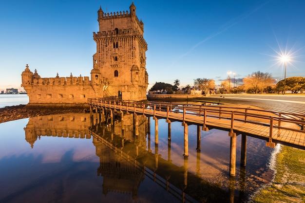 Belem tower in der abenddämmerung in lissabon