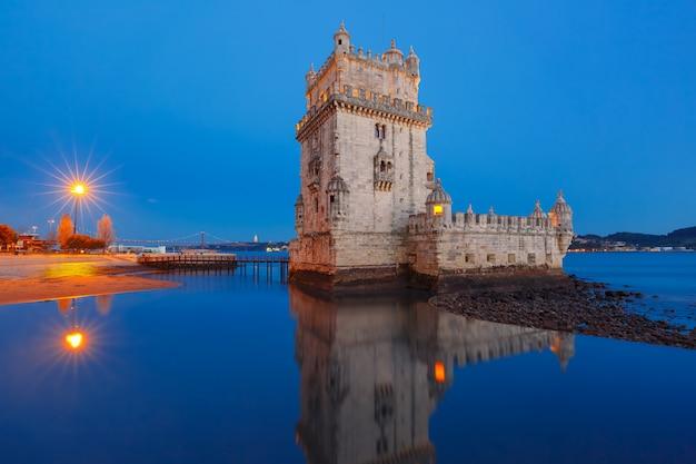 Belem tower in lissabon bei nacht, portugal