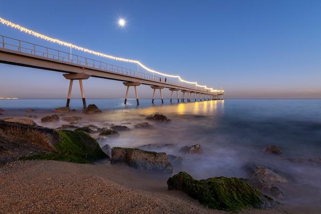 Beleuchtete brücke am strand