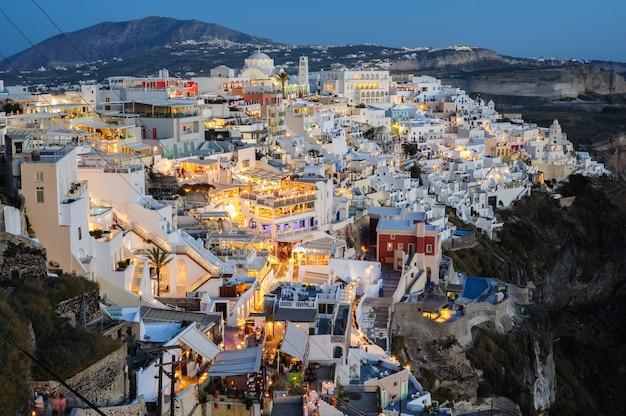 Beleuchtete fira luxusdecks und terrassen kurz nach sonnenuntergang