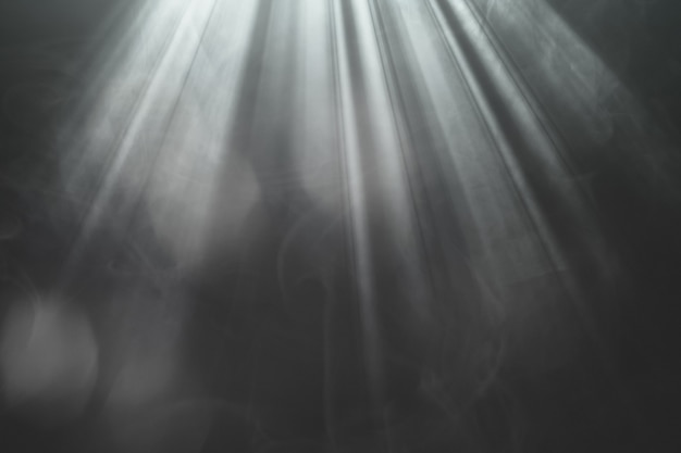 Beleuchtete goldene scheinwerferstrahlen auf der bühne auf schwarzem hintergrund