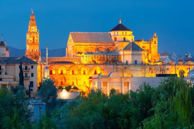 Beleuchtete große moschee mezquita, cordoba, spanien
