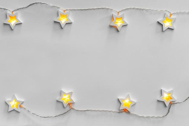 Beleuchtete sternförmige girlande auf hellgrau