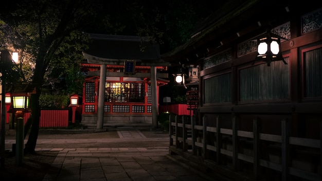 Beleuchteter weg nachts von den roten laternen, die zum yasaka-schrein führen. der gion-tempel ist einer der berühmtesten schreine in kyoto