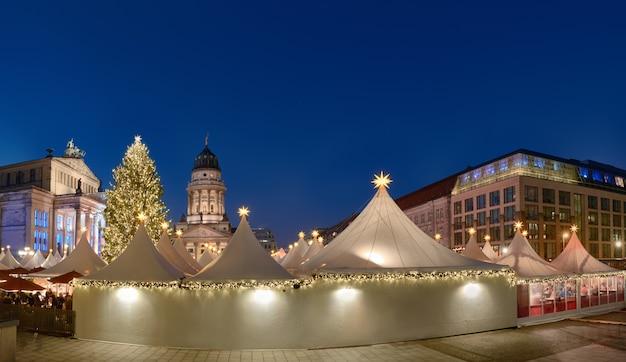 Beleuchteter weihnachtsmarkt gandarmenmarkt in berlin