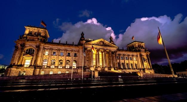 Beleuchtetes reichstagsgebäude in berlin deutschland