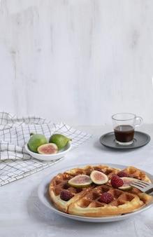 Belgische waffelfeigenhimbeeren espressokaffee