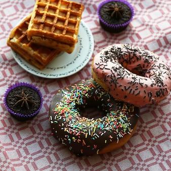 Belgische waffeln mit brownies und donuts.