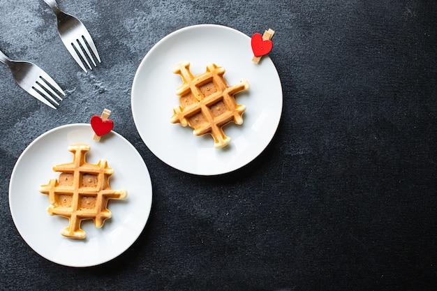 Belgisches waffelfrühstück für zwei-personen-formherz