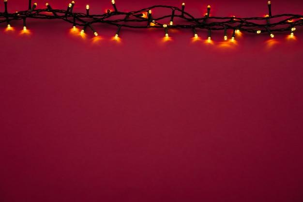 Belichtete girlandenlichter auf hellem rosa hintergrund