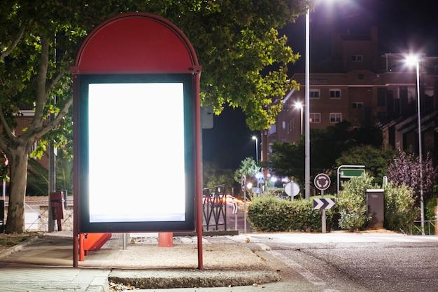 Belichtete unbelegte anschlagtafel für reklameanzeige an der bushaltestelle
