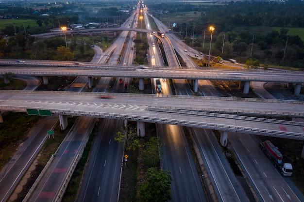 Belichtungsbewegungsbewegungsverkehrsauto der dämmerung landschaftslange auf schnellstraßenaustausch in thailand