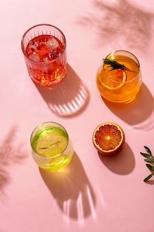 Beliebte alkoholische cocktails mit sommereis, die unter der sommersonne serviert werden, blick von oben. trendiger retro-stil mit schatten.