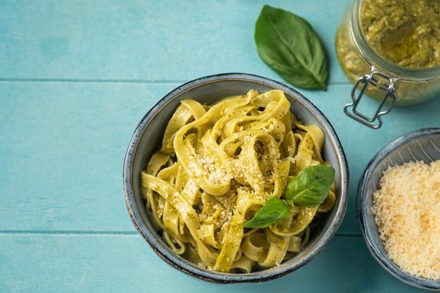 Beliebte italienische pasta mit pesto-sauce