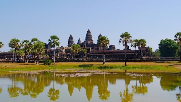 Beliebte landschaftsansicht der touristenattraktion des alten tempelkomplexes angkor wat in siem reap, kambodscha