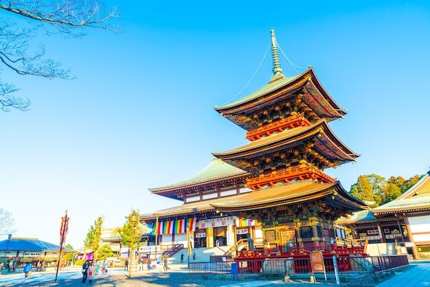 Beliebte touristen kommen hierher, weil es sich um einen alten tempel mit großartiger architektur handelt.