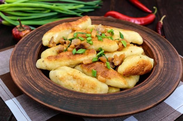 Beliebte traditionelle tschechische, ungarische, deutsche kartoffelknedli (knödel) mit gebratenen speckscheiben