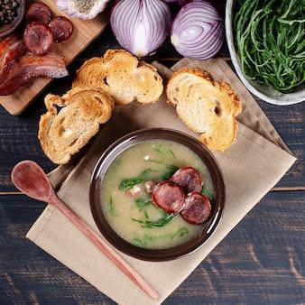 Beliebtes gericht der portugiesischen küche namens caldo verde. hergestellt aus kartoffeln, speck, peperoni-wurst und grünkohl