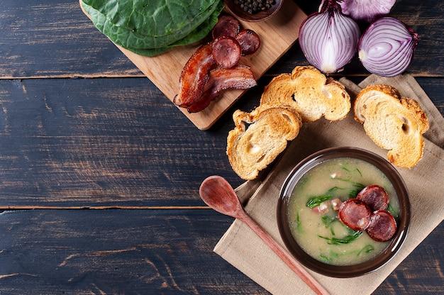 Beliebtes gericht der portugiesischen küche namens caldo verde mit kartoffeln, speck, peperoni-wurst und grünkohl