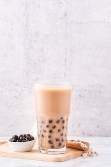 Beliebtes taiwan-getränk bubble milk tea mit tapioka-perlenkugel im trinkglas