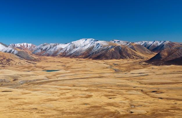 Belki, schneebedeckte berge der name einiger schneebedeckter und im sommer gipfel in sibirien, altai-gebirge. landschaft eines sehr ungewöhnlichen gebiets, nahe der grenze von russland, china, mongolei gelegen.