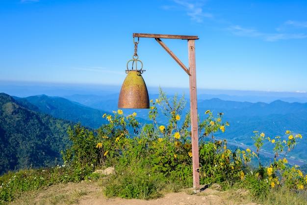 Bell auf doi pha tang-standpunkt, chiang rai-provinz in thailand. schöne lage