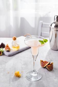 Bellini-cocktail mit pfirsich und feigen