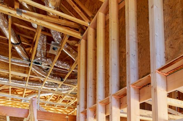 Belüftungs- und reinigungssystem für das ganze haus aus silbernem isoliermaterial auf dem dachboden