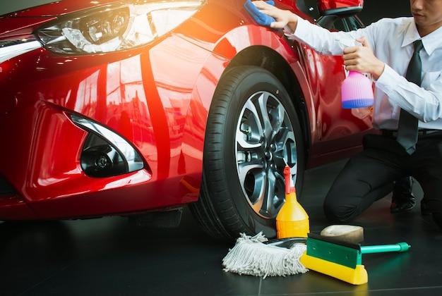 Bemannen sie asiatische inspektion und reinigung ausrüstungsautowäsche mit rotem auto