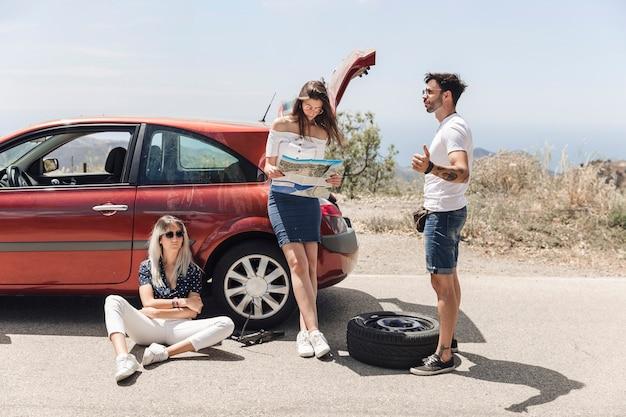 Bemannen sie auf der suche nach hilfe mit seinen freunden nach einem autozusammenbruch
