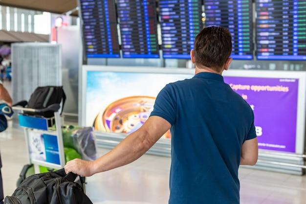 Bemannen sie aufpassenden fluginformationsbildschirm, um auf seinem flug zu überprüfen