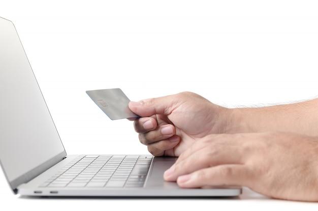 Bemannen sie das halten der kreditkarte auf laptop lokalisiertem e-konzept