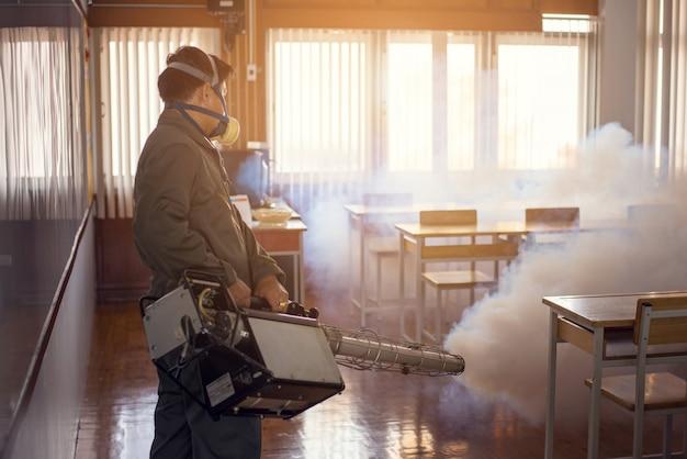 Bemannen sie das vernebeln der arbeit, um mücken zu verhindern, um das dengue-fieber und das zika-virus zu verhindern
