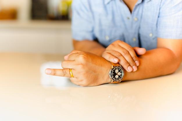 Bemannen sie das zeigen seines ringfingers mit goldehering auf seinem finger.
