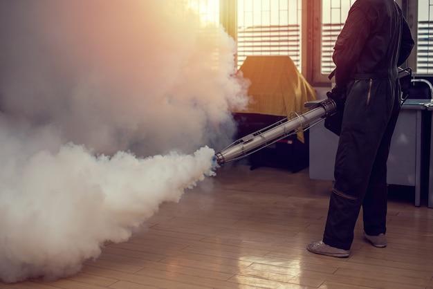 Bemannen sie die arbeit, die einnebelt, um moskito für das verhindern des verbreiteten dengue-fiebers und des zika-virus zu beseitigen