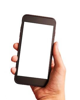 Bemannen sie die hand, die den schwarzen smartphone mit dem leeren bildschirm hält -, der auf weißem hintergrund lokalisiert wird