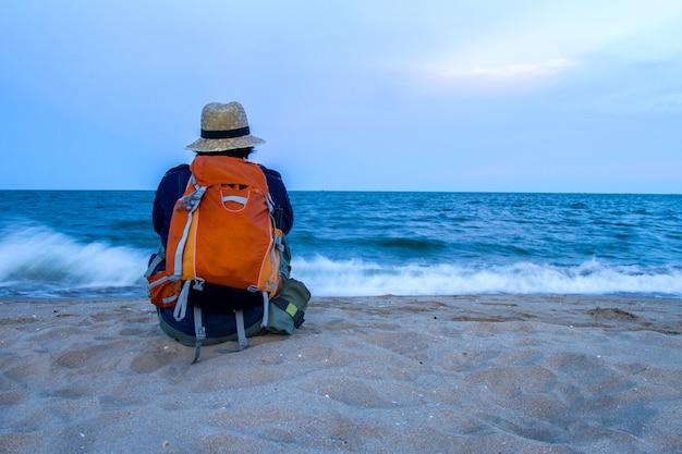 Bemannen sie ferien mit sonnenuntergang über dem tropischen strand und dem meer, das in thailand schön ist